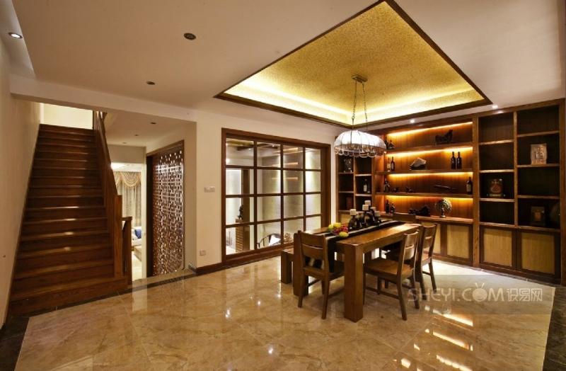 一些铝合金窗被我跟换成木质的玻璃窗和雕花窗,客厅顶面把木质划分开